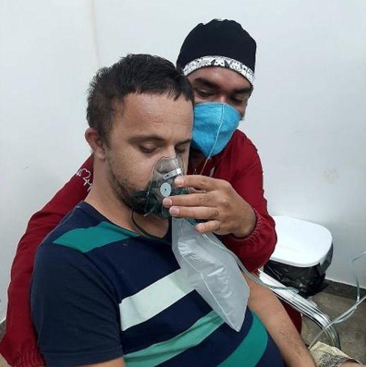 Captura de Pantalla 2021 01 26 a las 13.23.19 - Enfermeiro abraça e dá oxigênio a paciente com síndrome de Down que temia a máscara. Deu-lhe calma