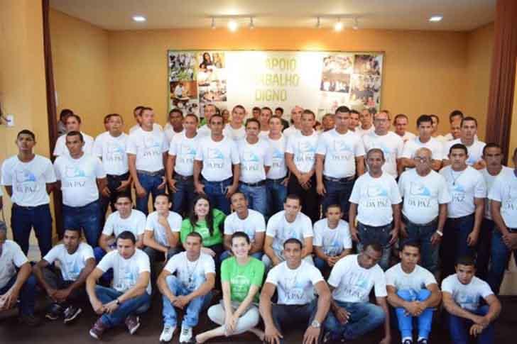 celio luiz barboza fazenda da paz004 - Ex-traficante e padre unem forças para criar um centro de reabilitação no Brasil. Sua missão é ajudar
