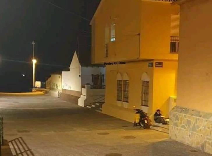 Rep - Jovem entregador estuda na rua enquanto espera pedidos. Se esforça para chegar à frente
