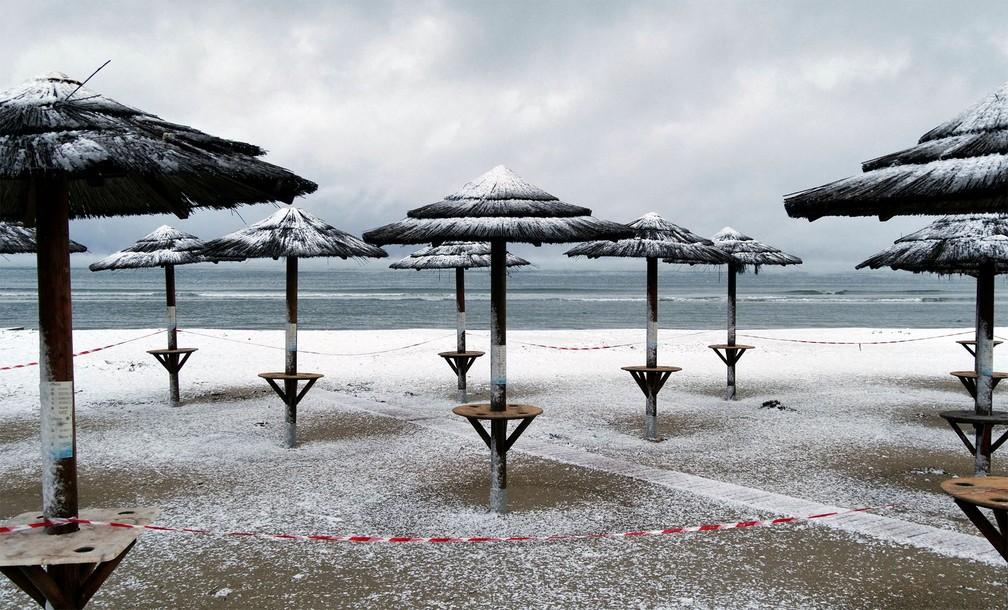 neve grecia - Grécia registra maior nevasca em mais de uma década e tem rara cena de Acrópole coberta por neve