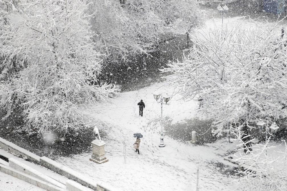neve grecia1 - Grécia registra maior nevasca em mais de uma década e tem rara cena de Acrópole coberta por neve