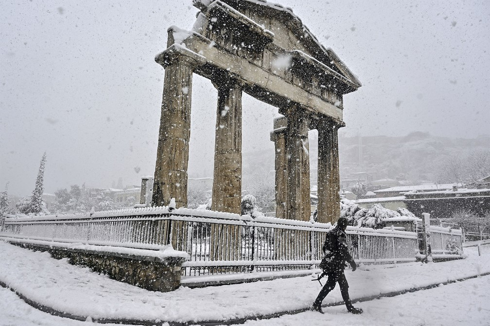 neve grecia2 - Grécia registra maior nevasca em mais de uma década e tem rara cena de Acrópole coberta por neve
