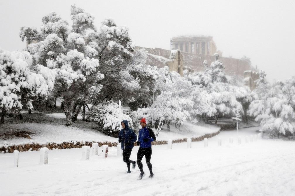 neve grecia5 - Grécia registra maior nevasca em mais de uma década e tem rara cena de Acrópole coberta por neve