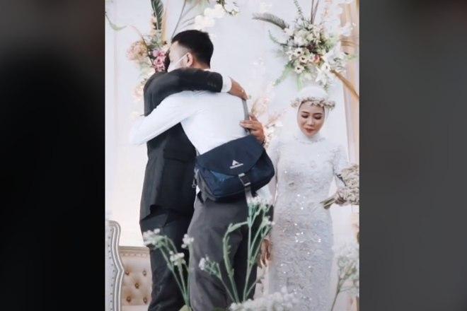 noiva surpreende noivo no altar ao pedir para abracar o ex 15022021141741288 - Mulher surpreende noivo no altar ao pedir para abraçar o ex