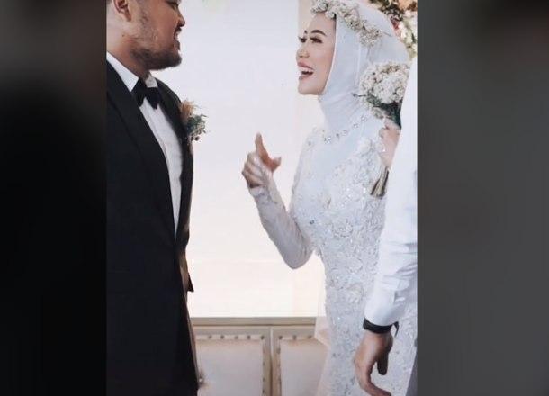 noiva surpreende noivo no altar ao pedir para abracar o ex 15022021141742782 - Mulher surpreende noivo no altar ao pedir para abraçar o ex