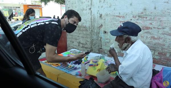 vendedor ambulante 93 anos 1 - Youtuber comprou toda a mercadoria de um ambulante com 93 anos que não havia vendido nada no dia