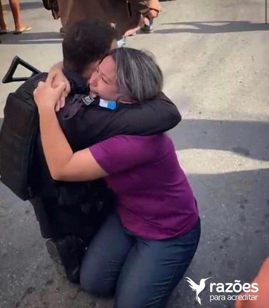 policial salva refem abraco scaled - Policial se abraça à vítima logo após salvá-la de sequestrador, no Rio